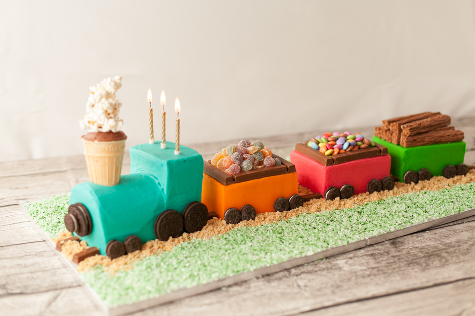 Make Swiss Roll Train Cake